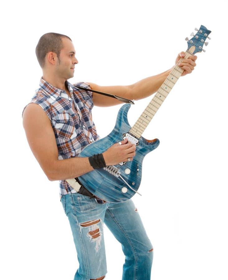 Gitarrist som leker på vit bakgrund arkivbild