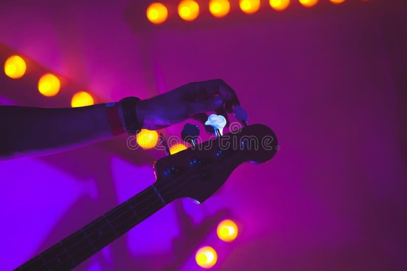 Gitarrist stimmt E-Gitarre, Nahaufnahme ab stockfotografie