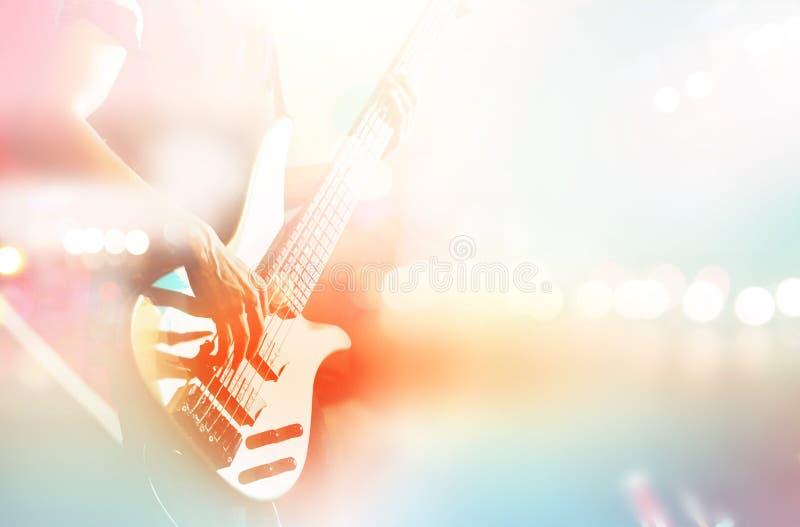 Gitarristbaß auf Stadium für Hintergrund, bunte, Pastellfarbe stockbild