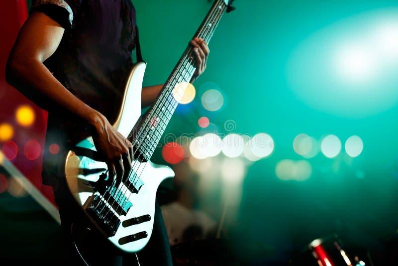 Gitarristbas på etappen för bakgrund, färgrik mjuk fokus och suddighet royaltyfria foton