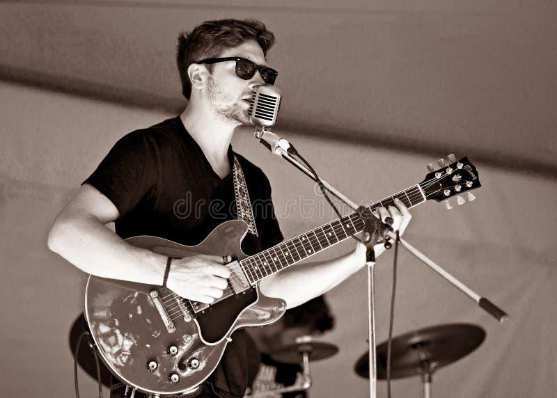 Gitarristen Kyler Tapscott utför på Cultivate matfestivalen - September 27, 2015 i porthopp fotografering för bildbyråer