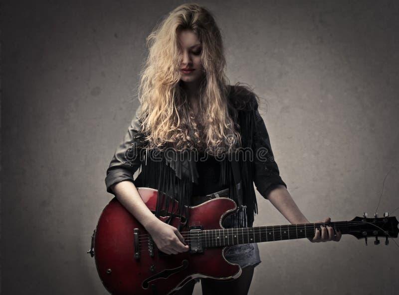 Gitarristkvinna arkivfoton