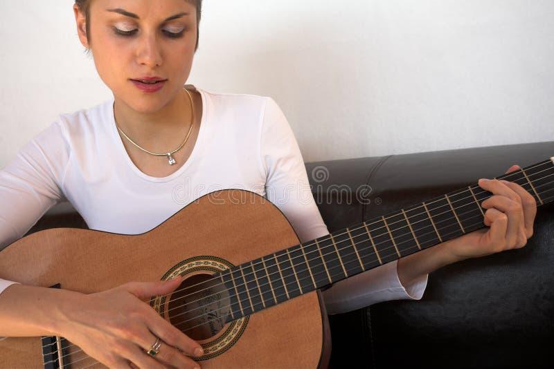 gitarrkvinna royaltyfria bilder
