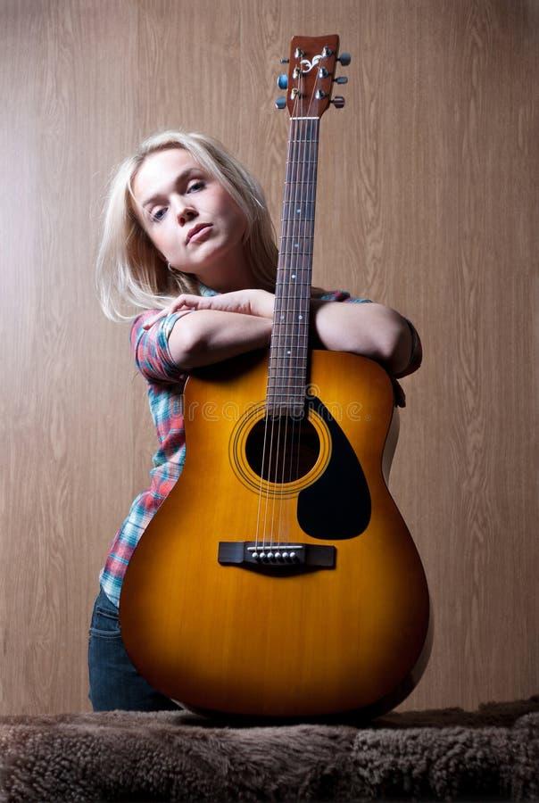 gitarrkvinna fotografering för bildbyråer