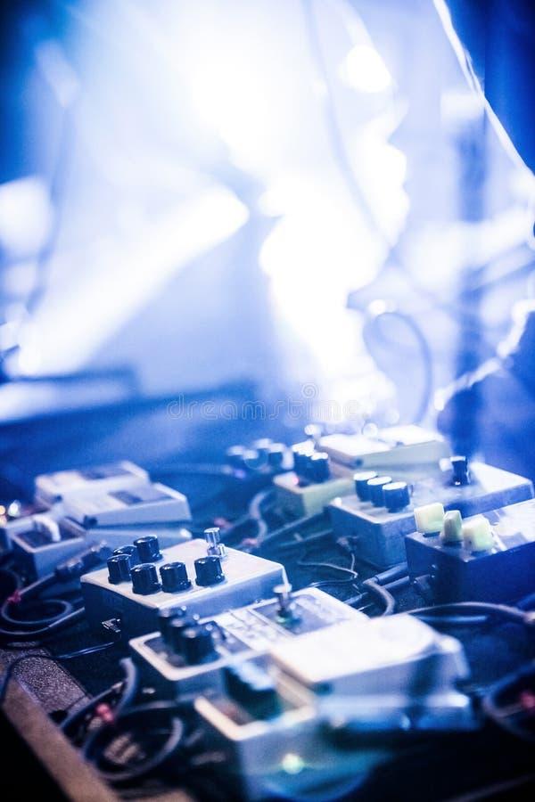 Gitarrpedaler på en etapp med den levande musikbandet som utför under en show royaltyfri fotografi