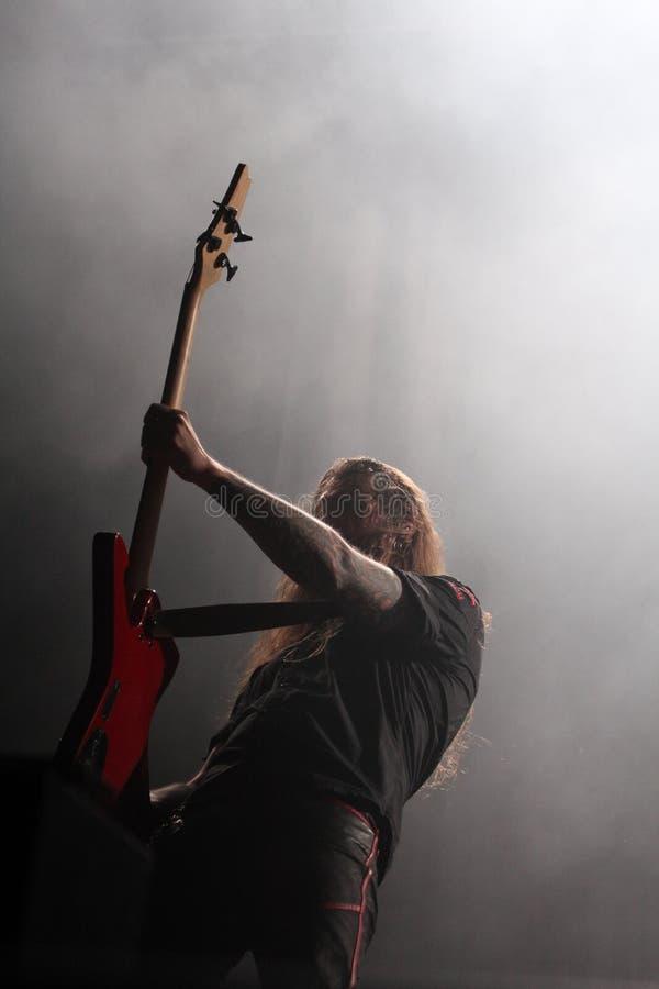 Gitarrspelaren vaggar heavy metalkonsert arkivbilder