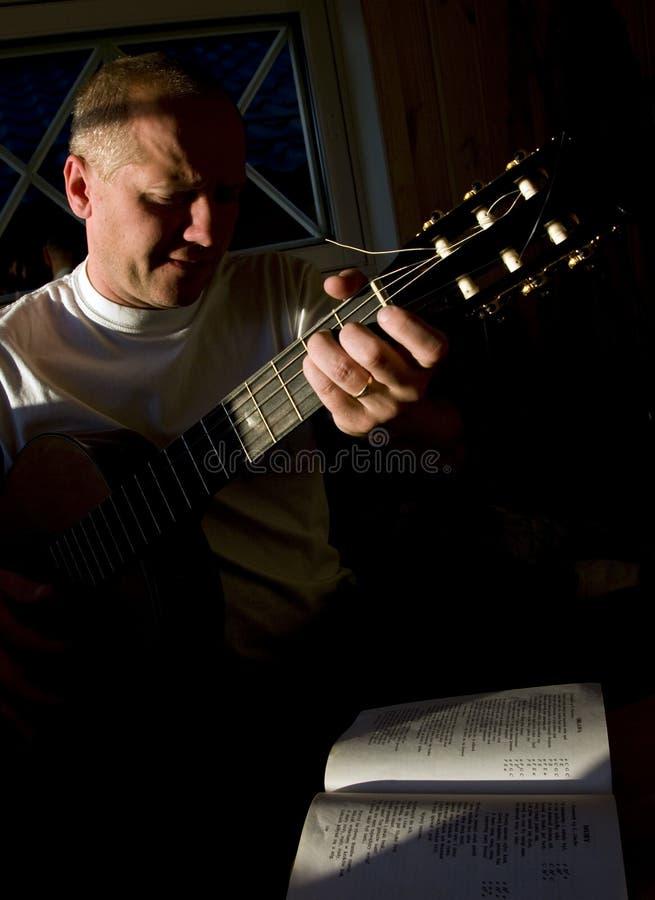 gitarrspelaresångare royaltyfria foton