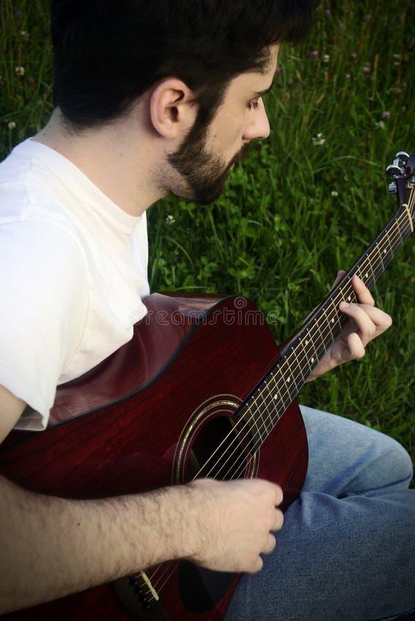 gitary akustycznej mężczyzna bawić się zdjęcia royalty free