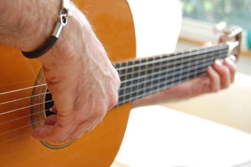 gitary mężczyzna bawić się obraz stock