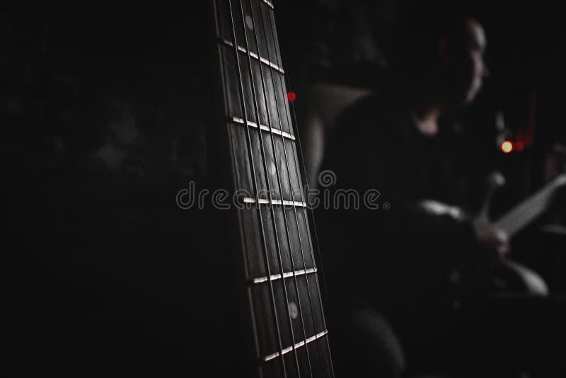 Gitary muzyka w ciemnym pokoju fotografia stock