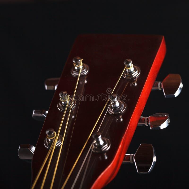 Gitary szyja z sznurkami na czarnym tle obraz stock