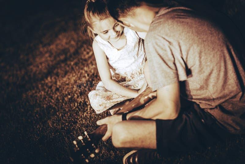 gitary uczenie bawić się zdjęcia stock