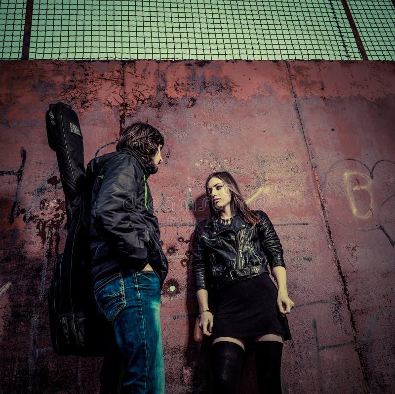 Gitarzysta i seksowna dziewczyna zdjęcie stock