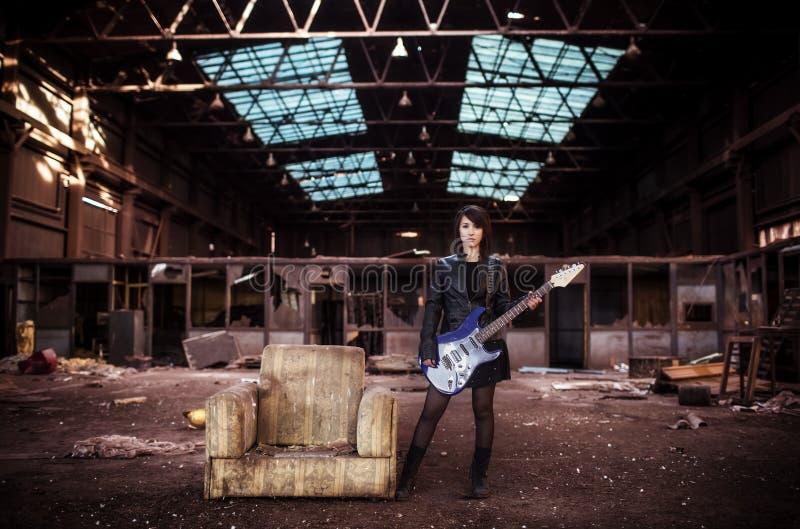 Gitarzysta na zaniechanym budynku zdjęcia royalty free