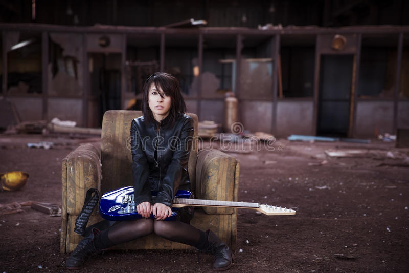 Gitarzysta na zaniechanym budynku obrazy stock