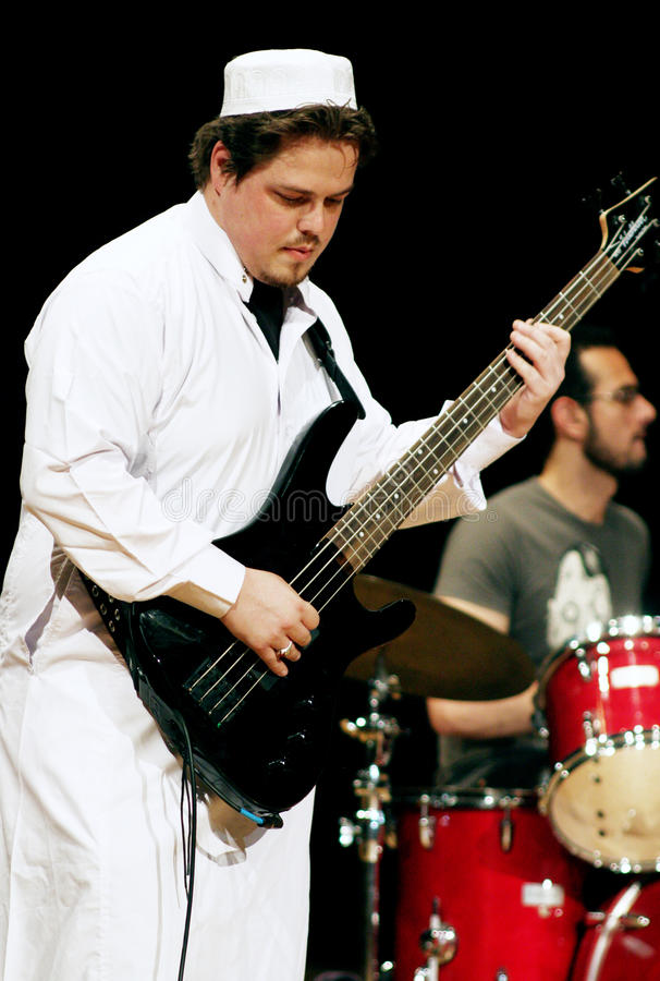 Gitarzysta w arabskim odziewa zdjęcia stock