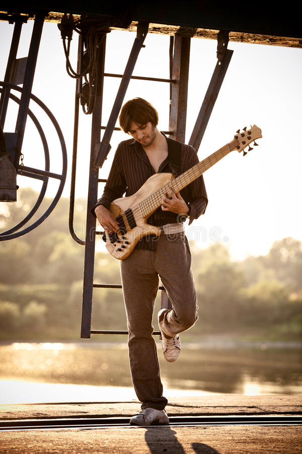 gitarzysty basowy zmierzch zdjęcia royalty free