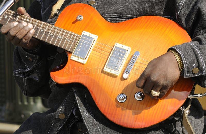 Gitarzysty bawić się obraz royalty free