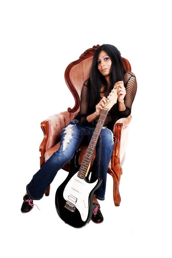 Gitarzysty obsiadanie w karle. obrazy royalty free