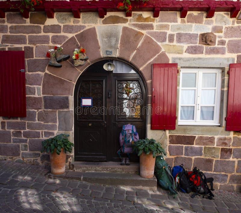 Gite du chemin和远足者` s在圣吉恩Pied de Port,法国,沿Camino de圣地亚哥的关键目的地挑运 库存照片
