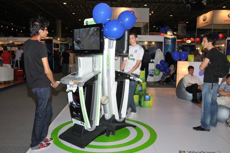 GITEX 2009 - Kinder, die neues Xbox 360 zahlen lizenzfreies stockfoto