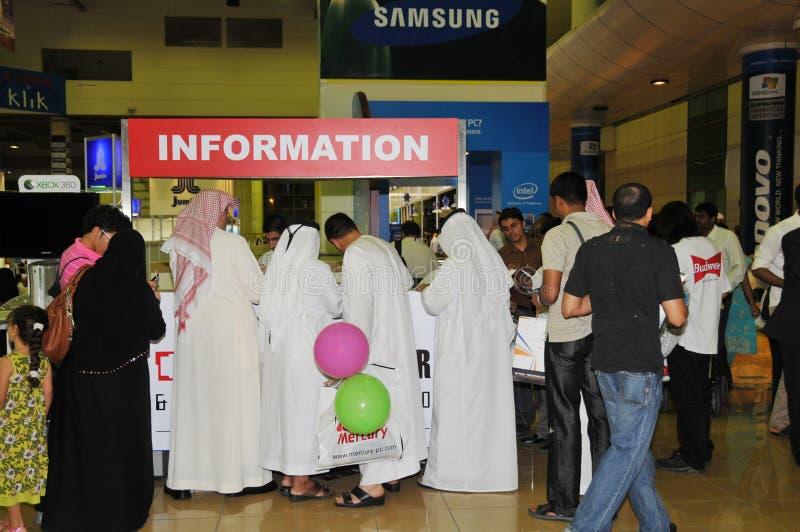 GITEX 2009 - Povos árabes na cabine de informação imagens de stock royalty free