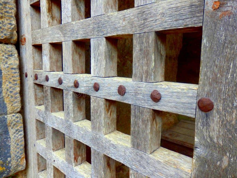 Gitter-Design auf mittelalterlicher Tür stockfotografie