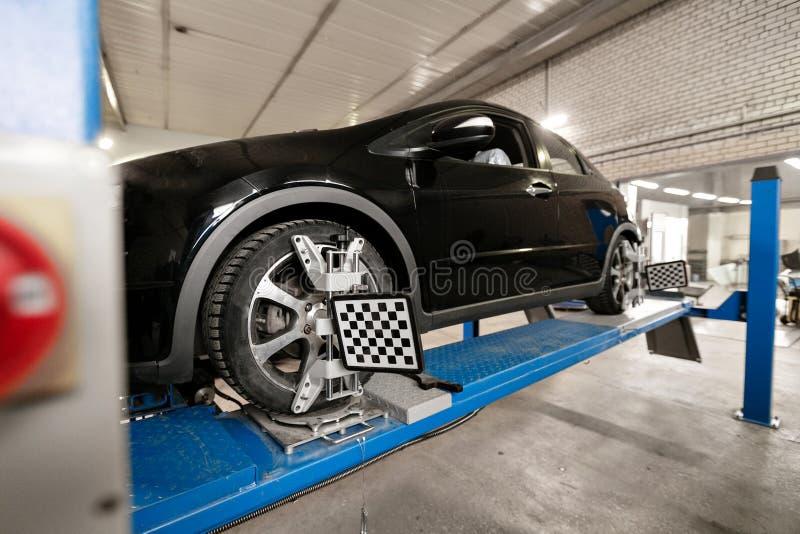 Gitter-Sensor stellt Mechaniker auf Auto ein Autostand mit Sensor-Rädern für Ausrichtungswölbung überprüfen herein Werkstatt des  stockfotografie