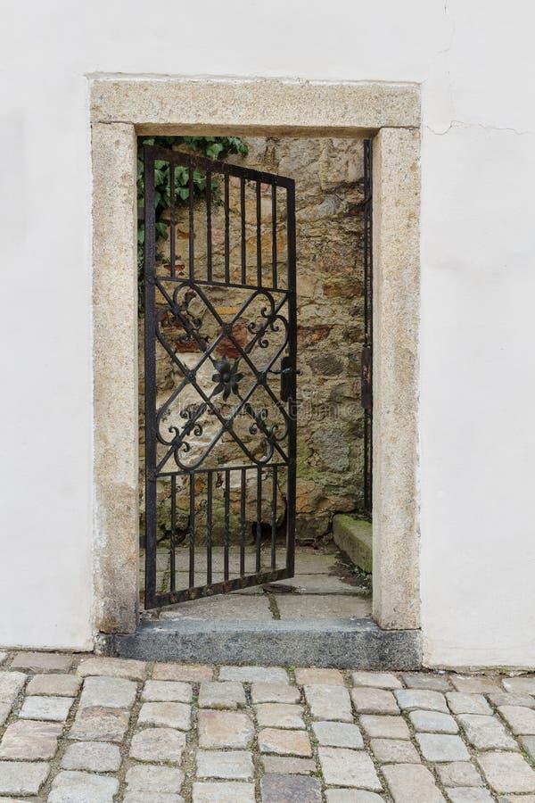 Gitter verwendete als Tür, um den Schlossgarten zu kommen stockbilder