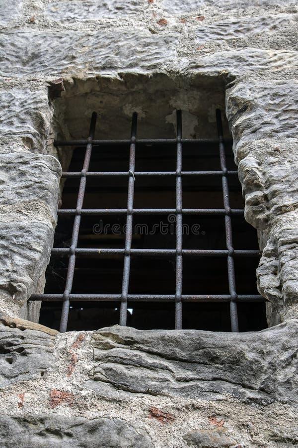 Gitterfenster in der Steinwand lizenzfreies stockfoto