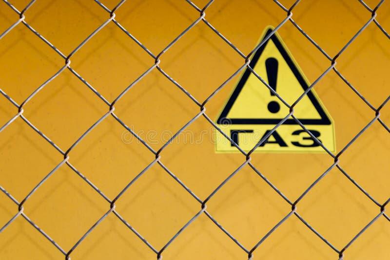 Gitterzaun mit einem Warnzeichen - 'Gase herein russisch stockfotos