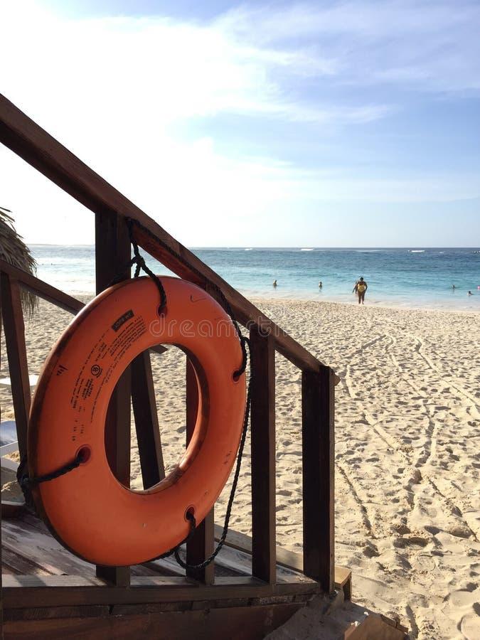 Giubbotto di salvataggio alla spiaggia fotografia stock libera da diritti