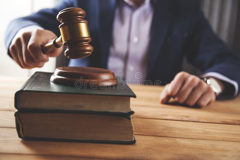 Giudice della mano dell'uomo con il libro immagine stock