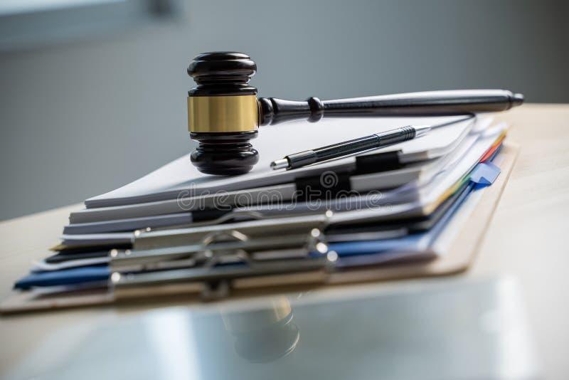 Giudice e documenti su legislazione della scrivania fotografia stock