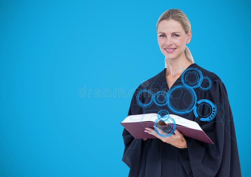 Giudice femminile con l'interfaccia blu e libro contro fondo blu fotografie stock