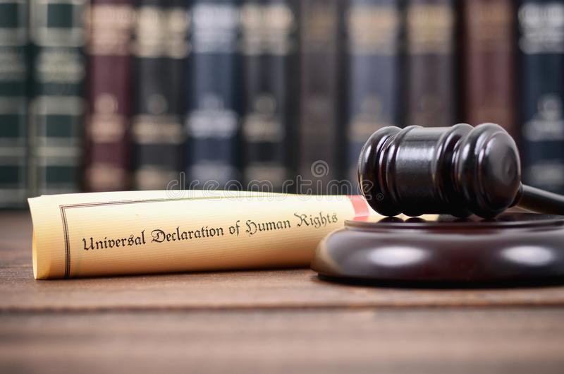 Giudice Gavel e dichiarazione universale dei diritti umani immagine stock