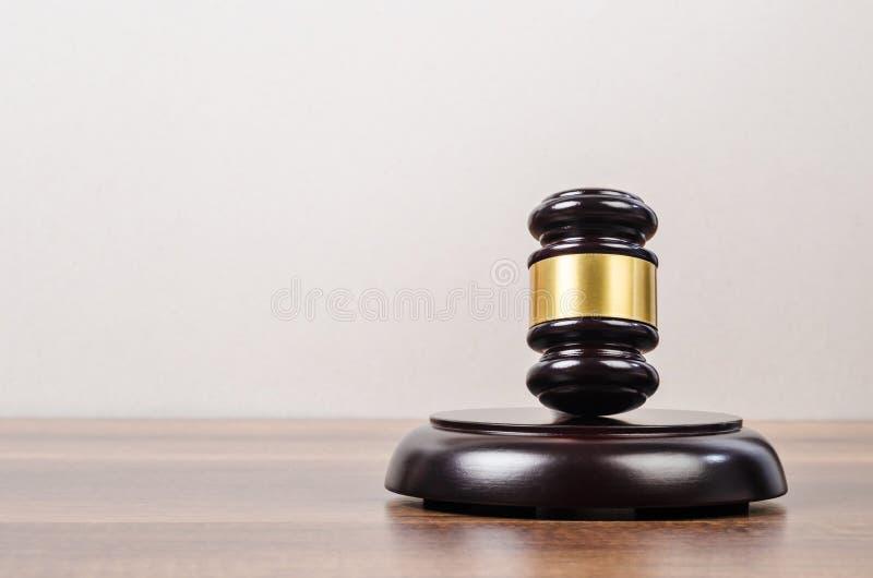 Giudice o martelletto di legno dei banditori con un brass band su un di legno immagine stock