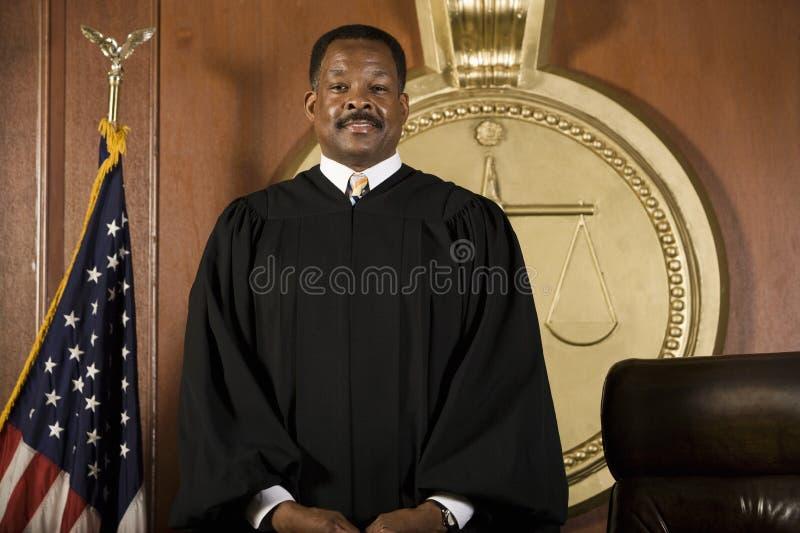 Giudice Standing In Courtroom immagini stock