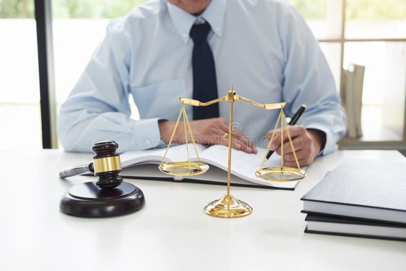 Giudichi il martelletto con la bilancia della giustizia, avvocati maschii che lavorano avere fotografie stock libere da diritti