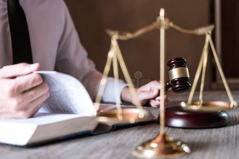 Giudichi il martelletto con la bilancia della giustizia, avvocati maschii che lavorano avere allo studio legale in ufficio Concet immagini stock