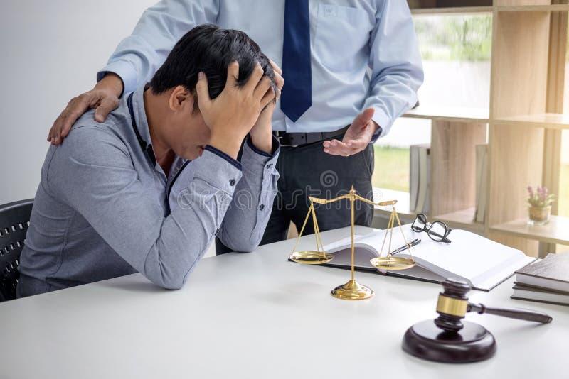 Giudichi il martelletto con la bilancia della giustizia, la gente di affari e la legge maschio fotografia stock libera da diritti