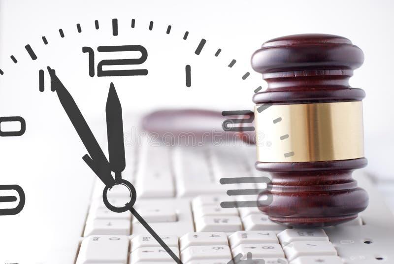 Giudici martelletto, tastiera di computer ed orologio fotografia stock