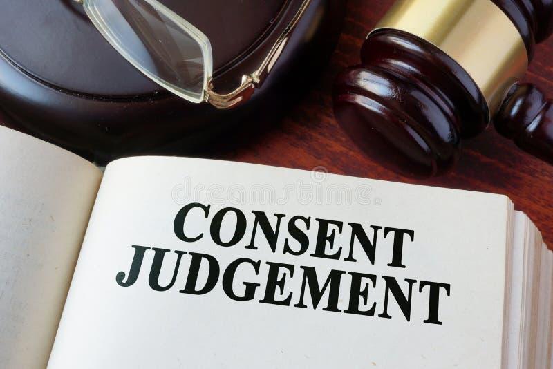 Giudizio di consenso e un martelletto fotografia stock