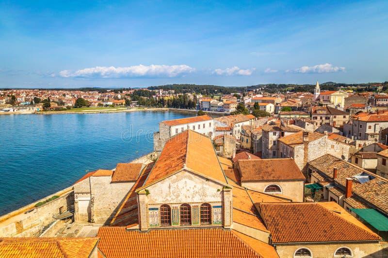 Giudizio generale sul centro storico della città e del mare di Porec, Croazia fotografia stock