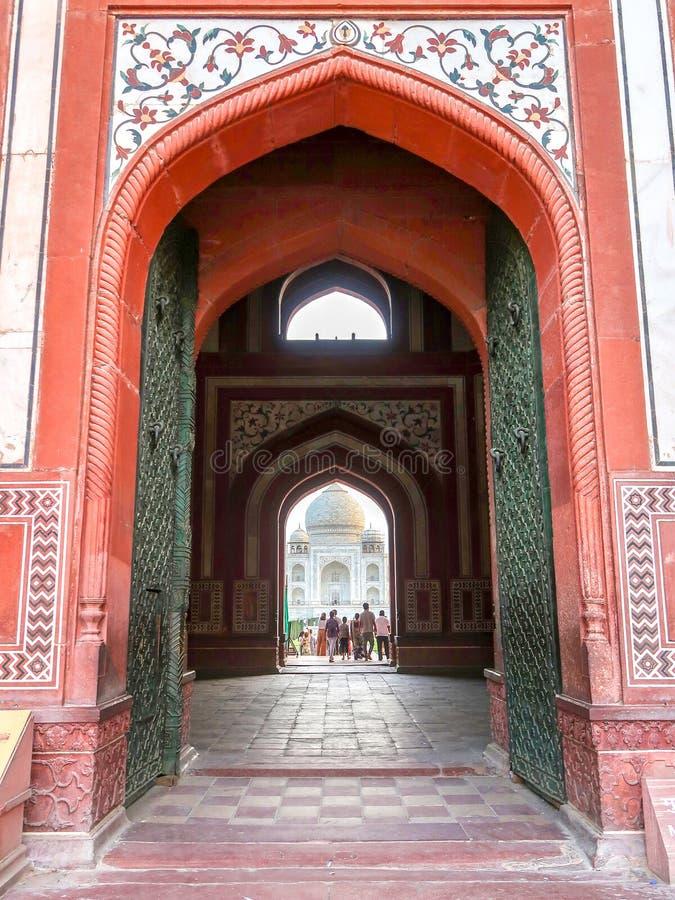 21 GIUGNO 2018, AGRA - L'INDIA L'entrata Taj Mahal Visita della gente fotografie stock libere da diritti