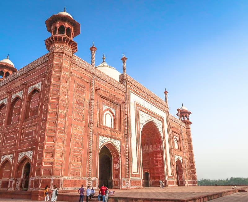 21 GIUGNO 2018, AGRA - L'INDIA La gente visita Kau Ban Mosque accanto a Taj Mahal a Agra, India fotografia stock