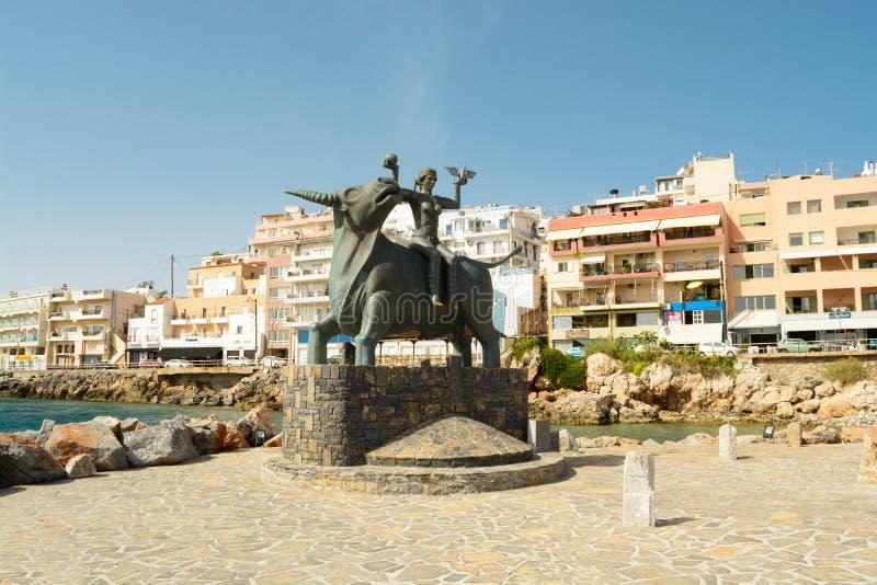 7 GIUGNO 2017, CRETA, GRECIA: la scultura del minotauro e del Ariadne in Agios Nikolaos immagini stock libere da diritti