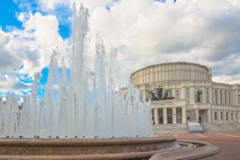 24 giugno 2015: Fontana vicino al teatro di opera, Minsk fotografia stock