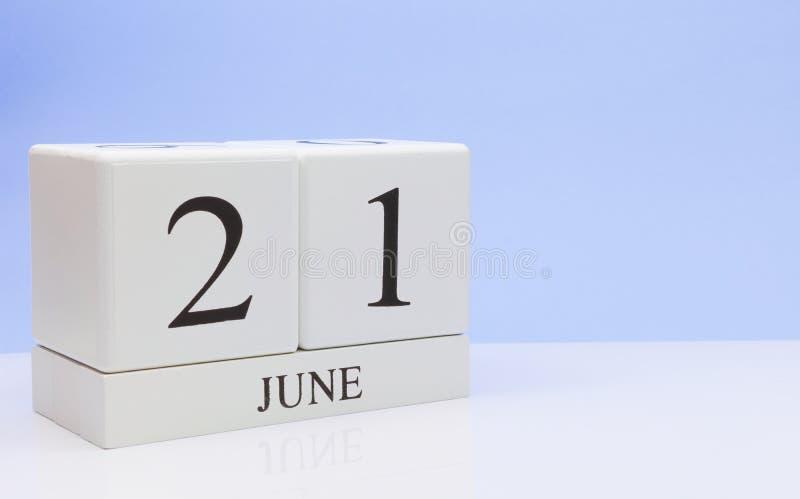 21 giugno giorno 21 del mese, calendario quotidiano sulla tavola bianca con la riflessione, con fondo blu-chiaro Ora legale, spaz fotografie stock