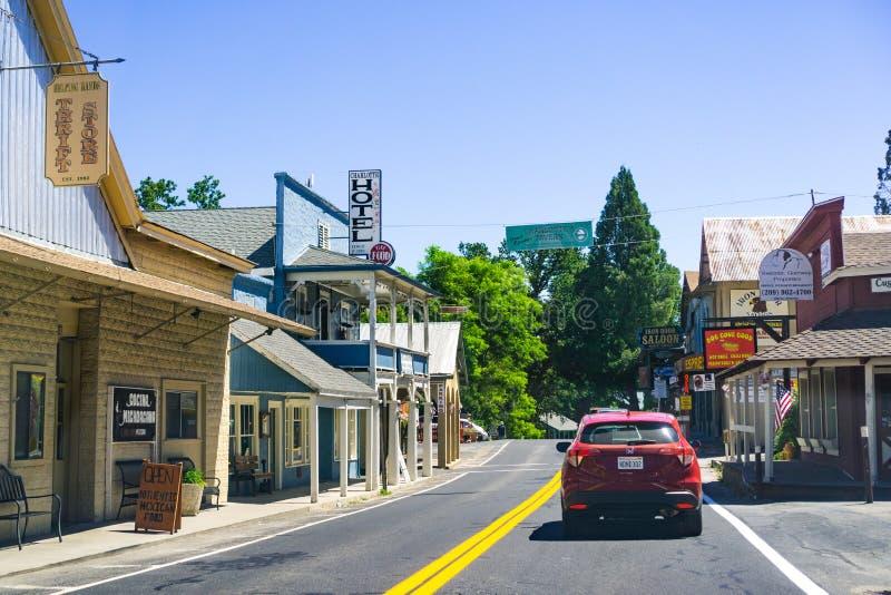26 giugno 2019 Groveland/CA/U.S.A. - passando con Groveland sul modo al parco nazionale di Yosemite, montagne di Sierra Nevada fotografia stock libera da diritti